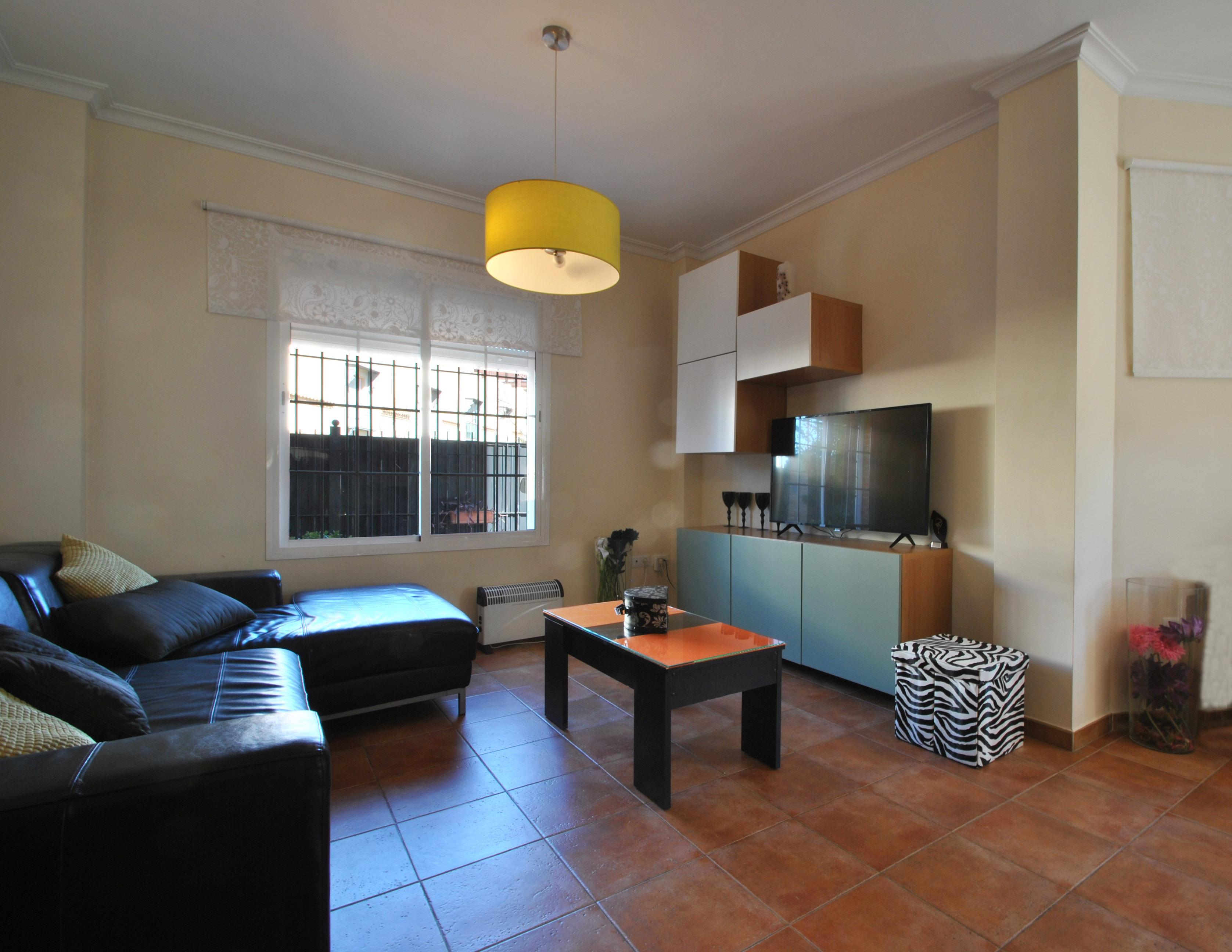 Zona de salón o estar, con gran ventanal y zona de comedor anexa
