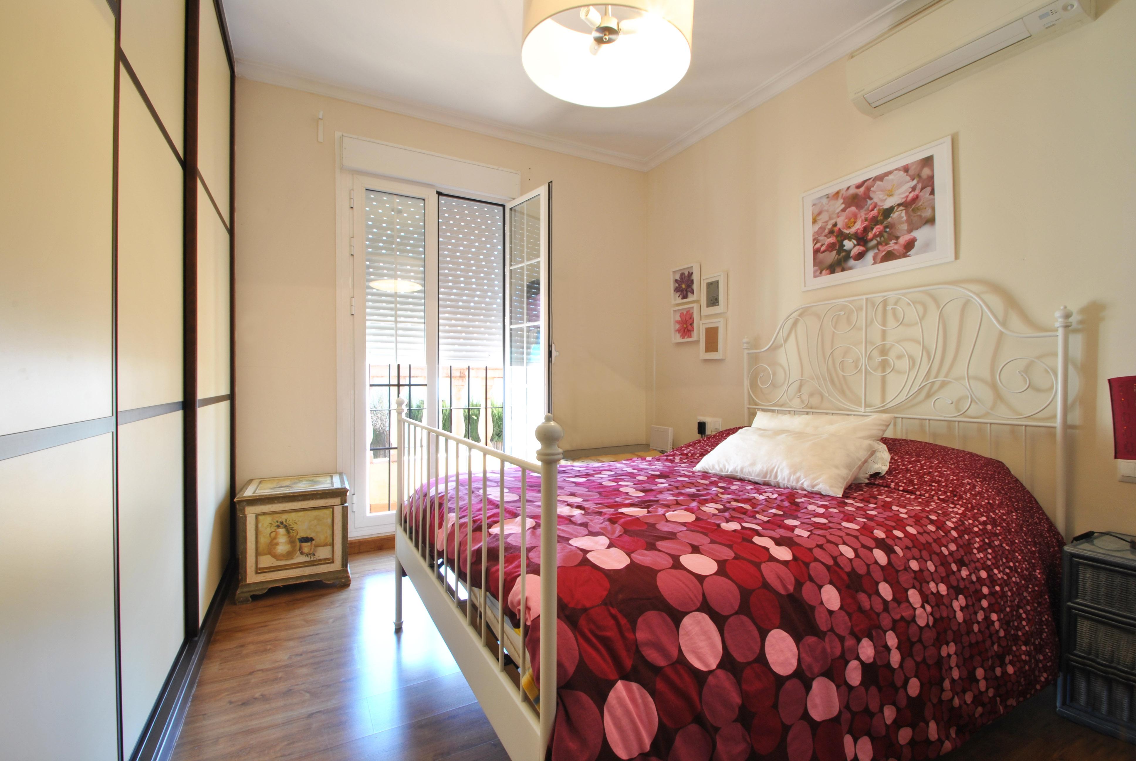 Dormitorio principal con armario empotrado y balcón exterior