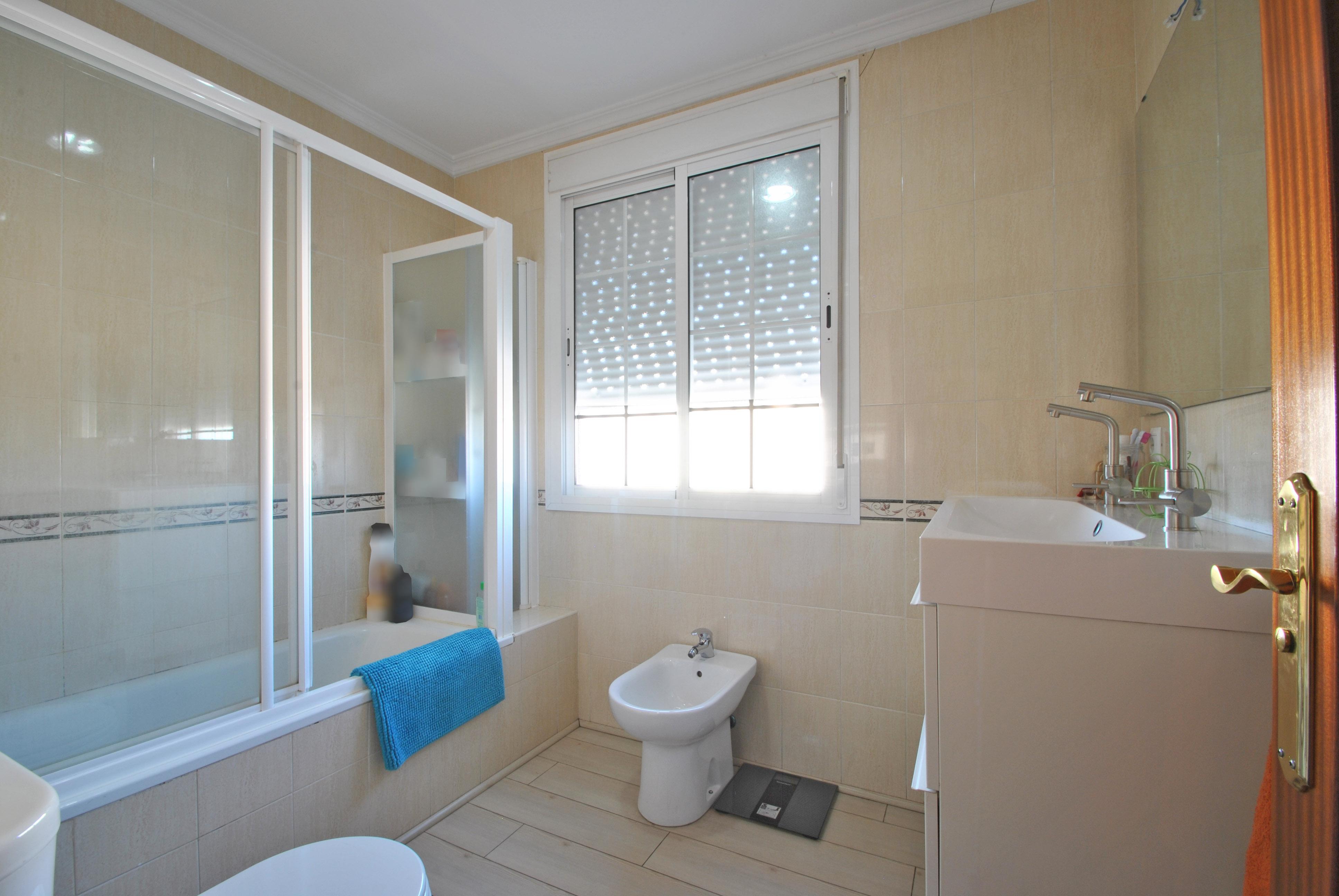 Baño con bañera y mampara ubicado en la planta primera