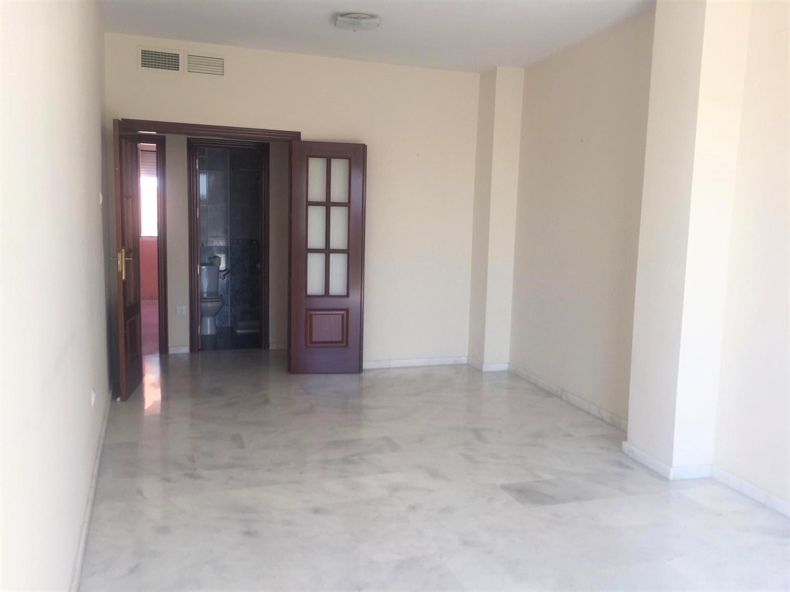 Salón con suelos de mármol y puertas de madera